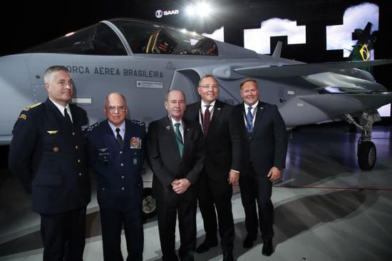 Generalmajor Mats Helgesson, flygvapenchef,generallöjtnant Antonio Carlos Moretti Bermudez, brasiliansk flygvapenchef;Fernando Azevedo e Silva, Brasiliens försvarsminister; Håkan Buskhe, VD och koncernchef, samt Jonas Hjelm, chef för Saabs affärsområde Aeronautics.