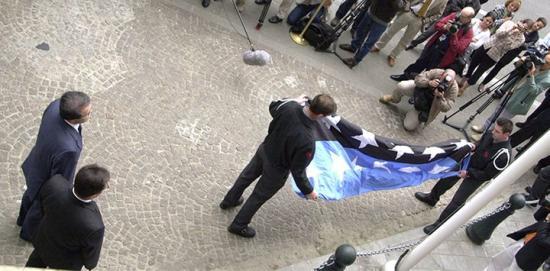 Kol- och stålgemenskapens gamla flagga viks ihop under överinseende av Romano Prodi och Enrico Gibellieri den 23 juli 2002, när gemenskapen upphörde efter 50 år.