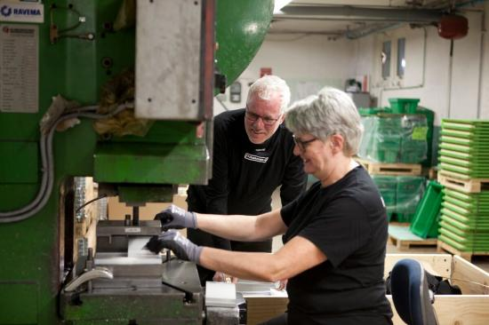 """""""Nu kan vi hantera större order trots bristen på arbetskraft"""", säger Joakim Karlberg, som vill skapa en god och attraktiv arbetsmiljö för sina 25 anställda. Här är han fångad på bild under ett samtal med maskinoperatören Agneta Hult."""