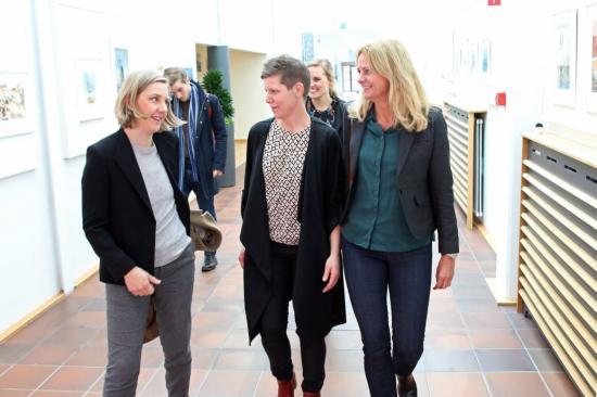 Miljöminister Karolina Skog (t.v) tillsammans med Teresia Christborn, kommunikationsansvarig Preem, och Helene Samuelsson, kommunikationschef Preem, under besöket i Lysekil.