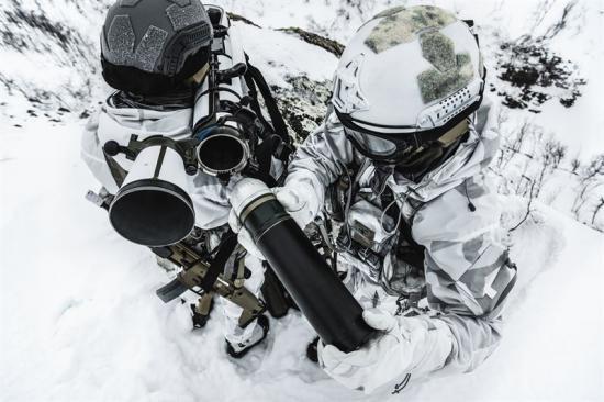 Soldater somladdar Carl-Gustaf M4.