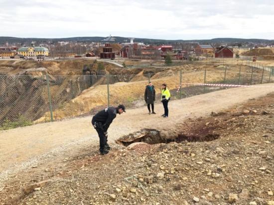Sättningen i marken har uppstått längs det avspärrade gångstråket utmed Stora Stöten.