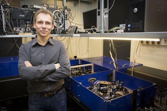 Kemiprofessor Donatas Zigmantas vid Lunds universitet är mycket nöjd med experimentet. I den nya studien har han studerat de så kallade plexcitonpartiklarna.