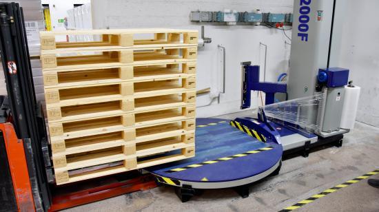 Med PallPacks maskin kan man ställa på pallen, backa undan trucken och starta inplastningen från trucken. PallPack 2000F används vid sidan av den helautomatiska produktionslinjen och plastar cirka 50–60 pallar per dygn och vid underhållsstopp drygt det dubbla.
