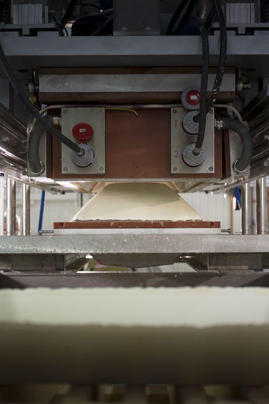 Biokompositen kan användas för att ersätta hårdplast eller spånskivor. Tack vare biokompositens styrka kan mängdenråmaterialhalveras, vilketocksåinnebär att slutproduktens vikt är hälften av vad en traditionell kista väger.