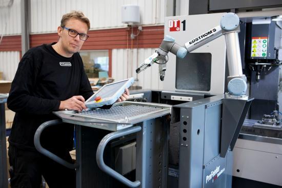 """""""Jag skulle vilja se fler robotar här"""", säger Mikael Andersson, som inte är rädd att förlora jobbet. Istället har hans dagliga uppgifter blivit mer varierade och intressanta efter införandet av automationsteknik hos FT-Produktion."""
