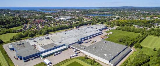 Flygfoto över Motala Företagspark. I byggnadsdelen till höger i bild byggs sorteringsanläggningen för plastförpackningar.