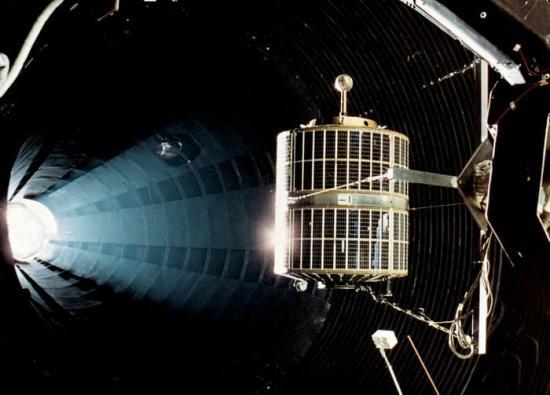 ESRO-1A testas vid rymdtekniska anläggningen ESTEC i Holland 1968.