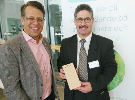 Professor Mahmoud Hameed (till höger), specialist på träteknik och träindustri, arbetar tillsammans med NSR, där Kim Olsson är vd, för att ta fram miljövänliga spånplattor av träavfall.