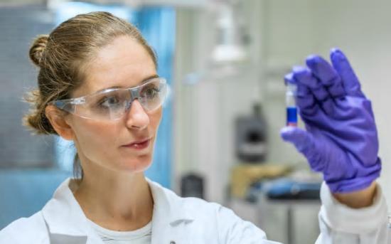 Nathália Vieceli forskar på att återvinna metaller ur uttjänta litiumjonbatterier vid Chalmers i Göteborg och mottagare av Renovas Miljöstipendium 2020.