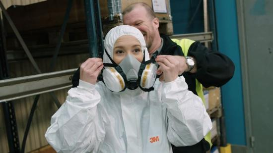 Ellen provar säkerhetskläder under inspelningen.