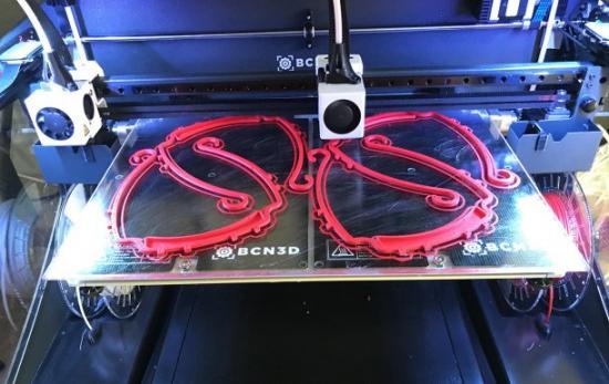 Bågar till skyddsvisir som tillverkats i en 3D-skrivare.