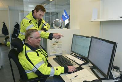 Magnus Backe, chef SKF Solution Factory i Kiruna och Krister Fredriksson till höger analyserar en maskin