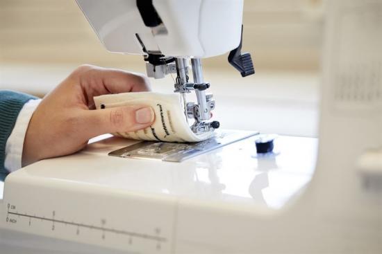 Cellulosatråden, som forskarna presenterar i artikeln, är praktisk att jobba med och skulle kunna användas för att tillverka klädesplagg med smarta funktioner. Med en vanlig hushållssymaskin har forskarna sytt in den elektriskt ledande tråden av cellulosa i ett tyg och lyckats tillverka en termoelektronisk textil, som kan producera en liten mängd elektricitet när textilen värms upp på ena sidan, till exempel av en människas kroppsvärme – typiskt 0,2 microwatt vid en temperaturdifferens på 37 grader celsius.