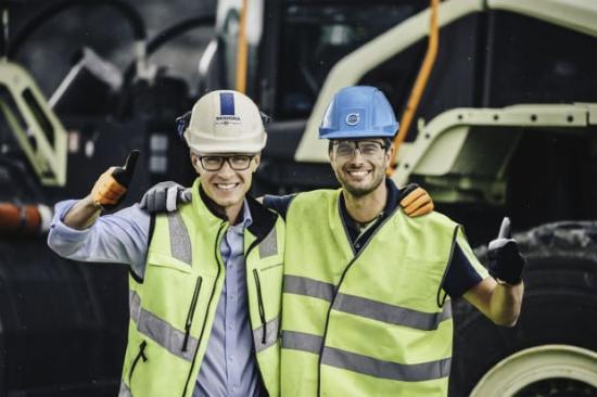 Joakim Käpynen, produktionsledare på Skanskas anläggning Vikan Kross och Uwe Müller, överordnad projektledare för Electric Site på Volvo CE.