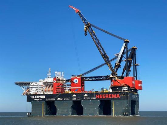 Sleipnir, världen största halvt nedsänkbara kranfartyget.