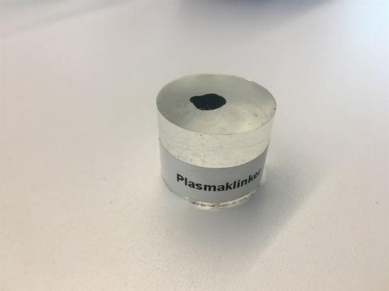 Klinker, själva råvaran i cement, har nu framställts på elektrisk väg med hjälp av plasma. Plasmatekniken innebär att gas hettas upp genom att blåsa den genom en elektrisk ljusbåge istället för uppvärmning med fossila bränslen. Tekniken ger en direkt minskning av koldioxidutsläppen och koncentrerar de återstående utsläppen så de enklare kan fångas in.