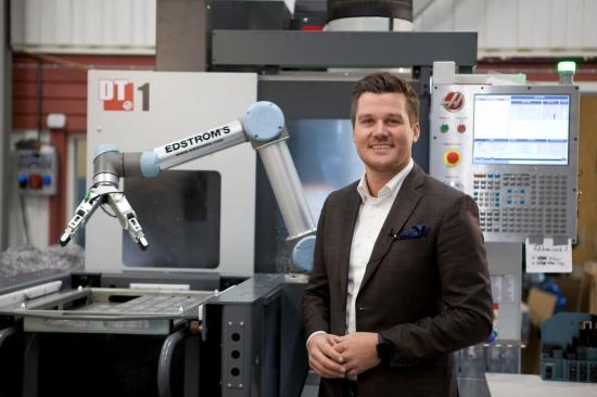 """""""Vi levererar en fullständig lösning – en CNC-maskin som är automatiserad med samarbetande robottekniker"""", säger Adam Asplund, försäljare hos Edströms."""