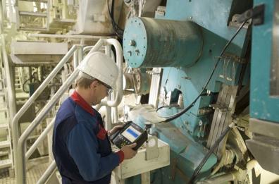 Underhållsingenjör som vibrationsmäter en maskin