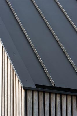 Det nederländska Långhuset nominerades till 2017 BNA Building of the Year Award och presenterades i det nederländska TV-programmet BinnensteBuiten. Hållbart färgbelagt GreenCoat®-stål användes för taket på Långhuset på grund av dess förmåga att skapa skarpa linjer på det mycket grafiska huset.