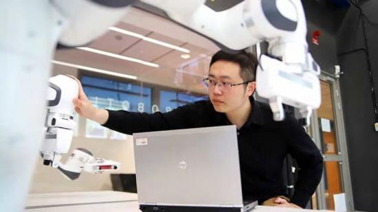 Forskaren Da Sun har genom AI.MEE-projektet Autodive jobbat med Saab Dynamics för att utveckla tekniker till fjärrstyrda robotar.