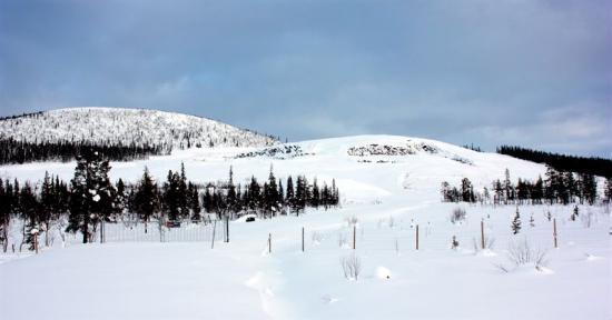 Dagbrottet i Mertainen är idag snötäckt, men i september är planen att här ska råda full aktivitet.