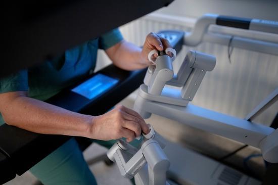En handrörelse från kirurgen omvandlas till en millimeterrörelse i buken på donatorn.