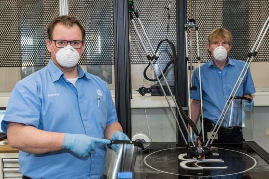 Volkswagen producerar visirhållare med 3D-skrivare.