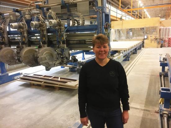Eva Ramvall, industrichef hos ITW Construction Products, berättar om fördelarna med automatiserad produktion inom storskalig trähusproduktion.