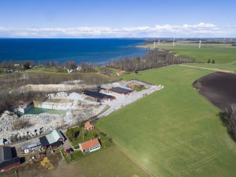 Borhamns Stenförädling har tecknat avtal med Bixia som gör att anläggningen drivs av vindkraft från grannen.