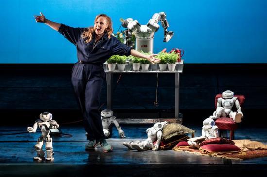 Sopranen Sofie Asplund tillsammans med ABBs YuMi-robotar.