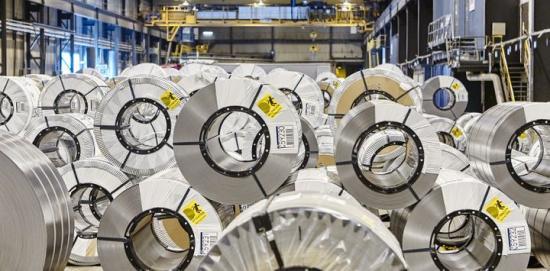 Emballerade rullar med tunnplåt (coils) i väntan på vidare transport till kunder över hela världen.