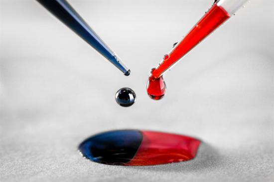 Den blå är den polymer som donerar elektroner medan den röda är det material som tar upp elektroner. Inget av dem är ledande i sin grundform, när de blandas samman övergår elektroner automatiskt från den blå donatorpolymeren till den röda acceptor-polymeren. Resultatet är fria rörliga laddningar i båda polymererna.