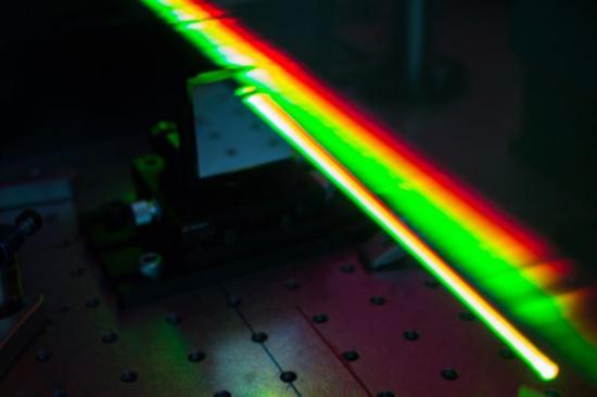 De hemlighetsfulla plexcitonpartiklarna studerades i Lund. I labbet användes en apparat för att generera ultrakorta pulser.